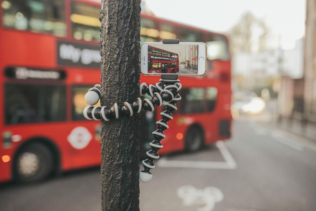 iPhone auf einem Gorillapod-Stativ filmt einen roten Bus in London