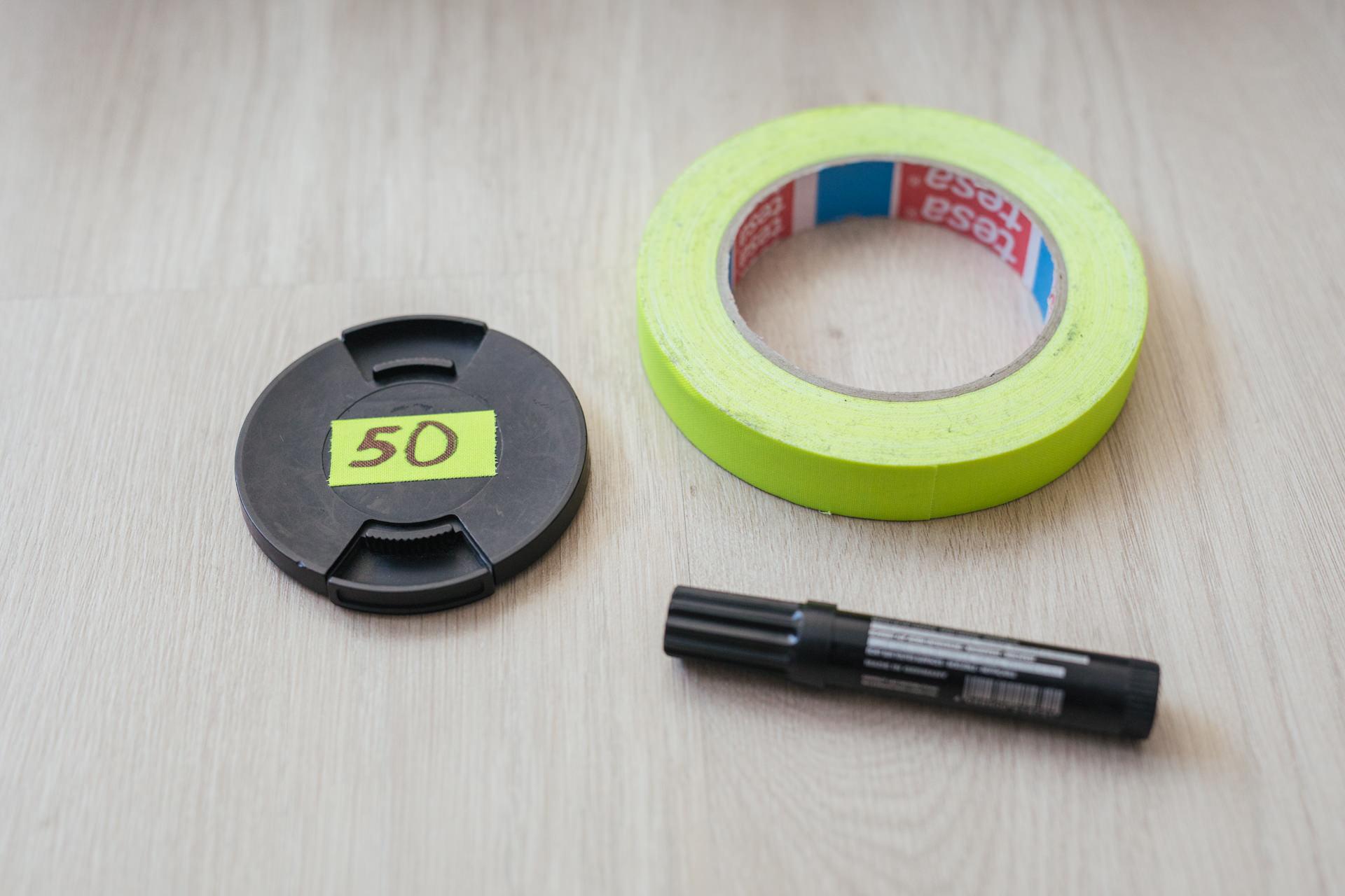 Objektivdeckel lassen sich gut mit Neon-Duct-Tape beschriften