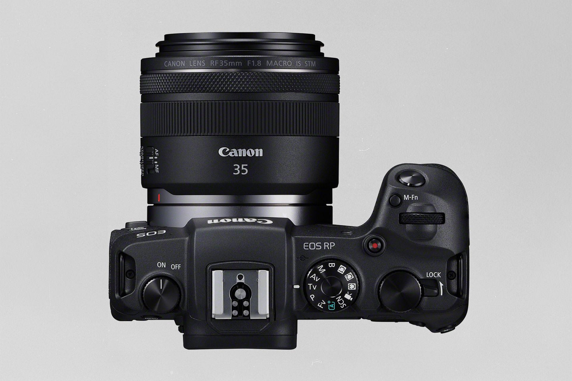 Die Canon EOS RP von oben mit dem RF 35mm 1.8 Macro