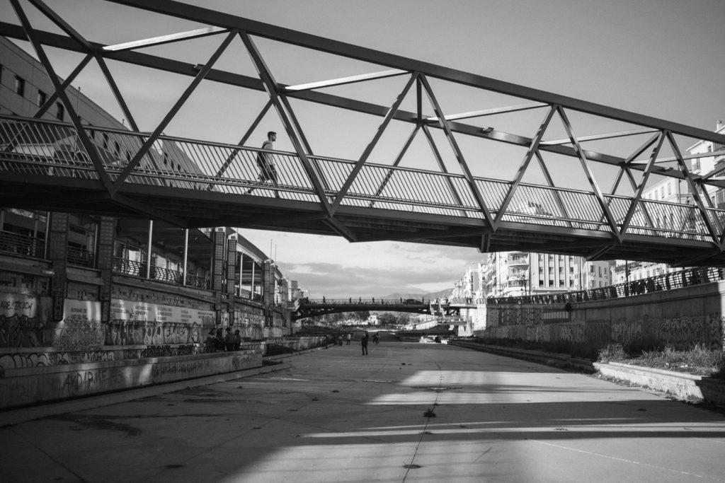 Die Puente de la Trinidad vom Flussbett des Guadalmedina aus fotografiert