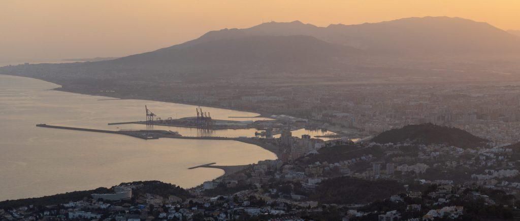 Blick vom Monte San Antón auf den Hafen von Malaga