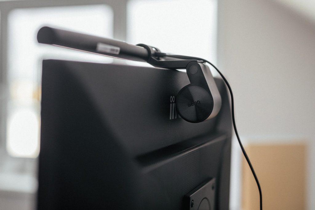 Die Befestigung der Benq Screenbar Schreibtischlampe