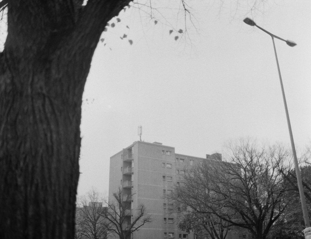 Berliner Plattenbau – fotografiert mit der Mamiya 645 auf Lomography Earl Grey 100