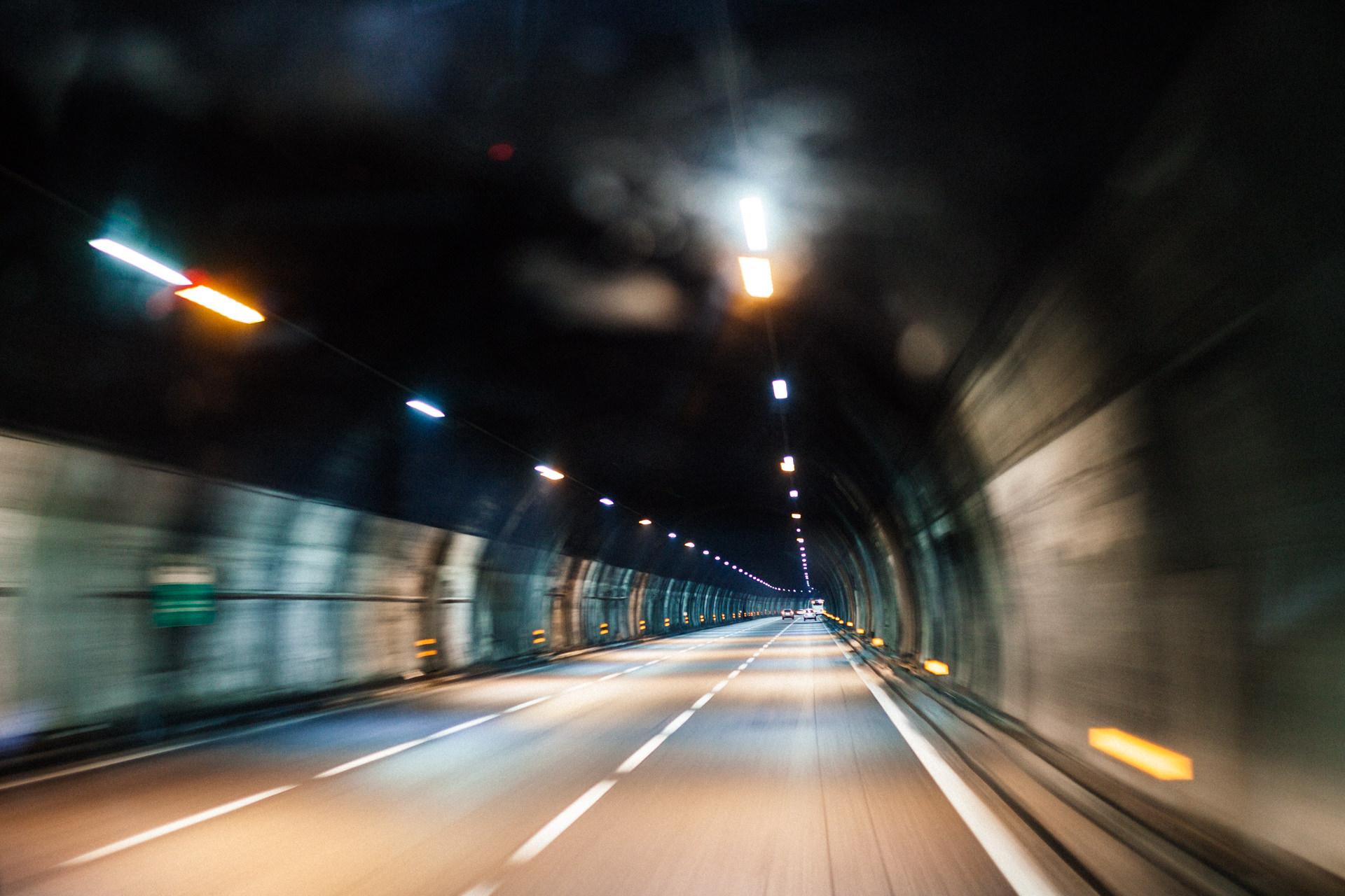 Bild eines Tunnels im Geschwindigkeitsrausch