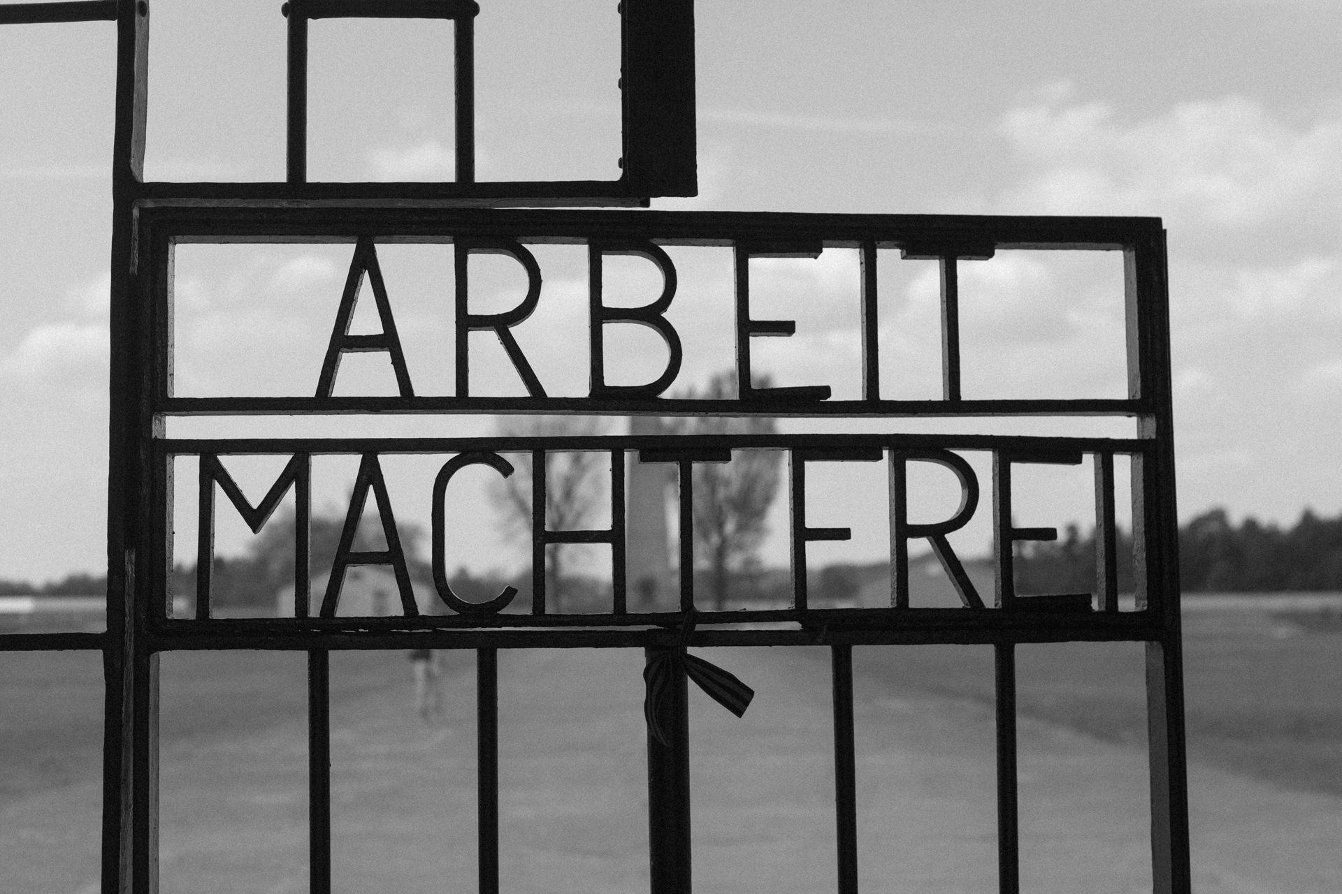 """Eingangstor KZ Sachsenhausen mit der Inschrift """"Arbeit macht frei"""""""