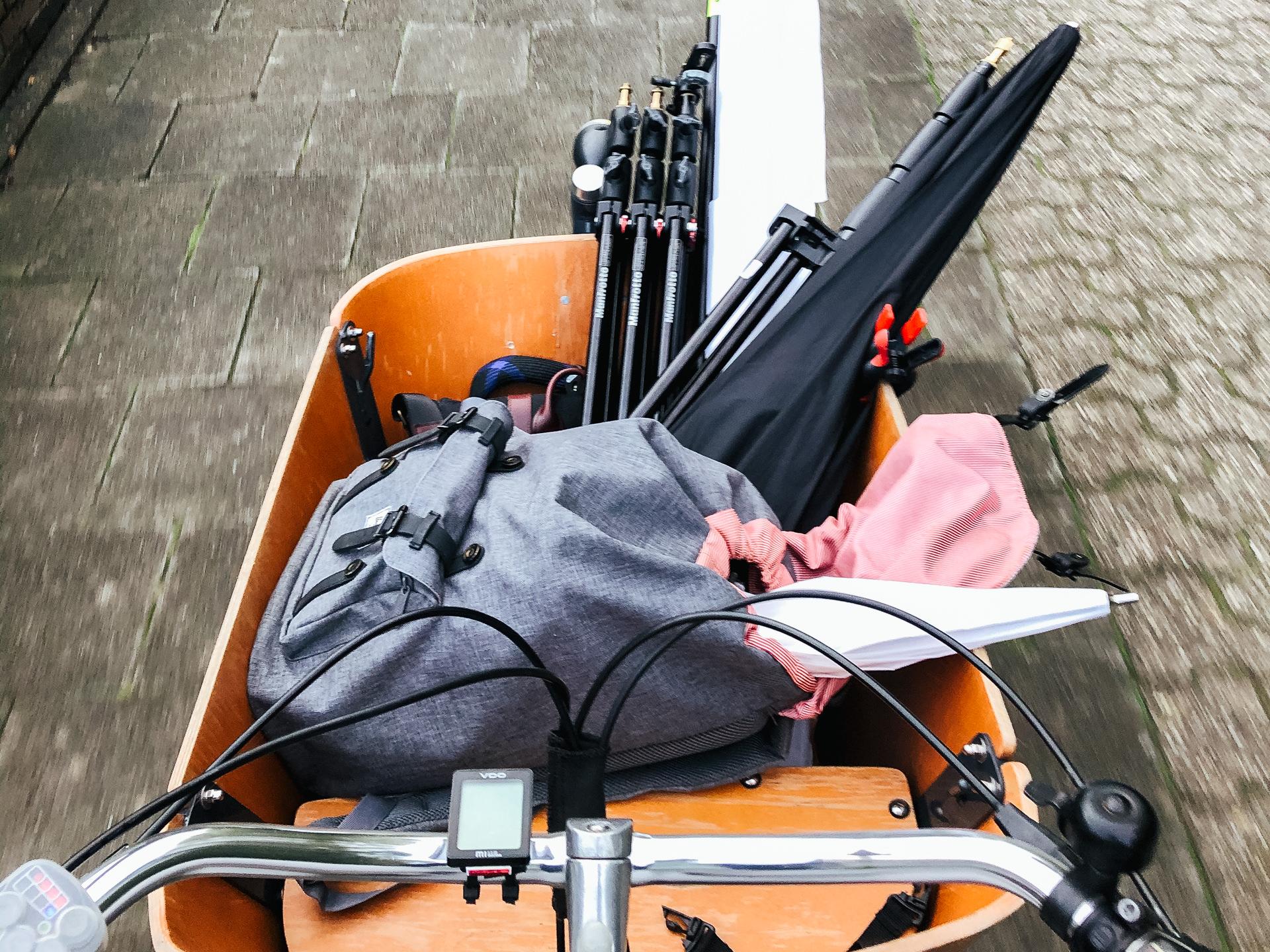 Lastenrad, voll bepackt mit Foto-Equipment