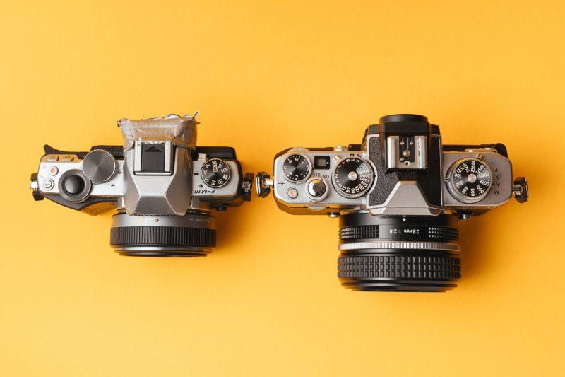 Größenvergleich zwischen der Olympus OM-D E-M10 und der Nikon Z fc